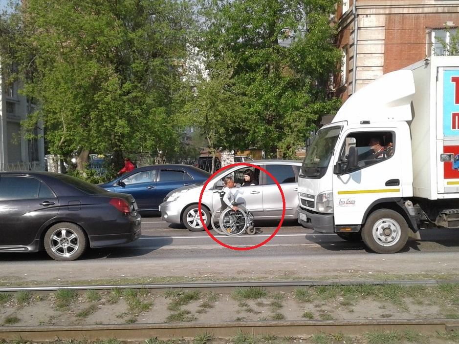 Одноногая омичка хотела заработать на дороге, а ее чуть не раздавили #Омск #Общество #Сегодня