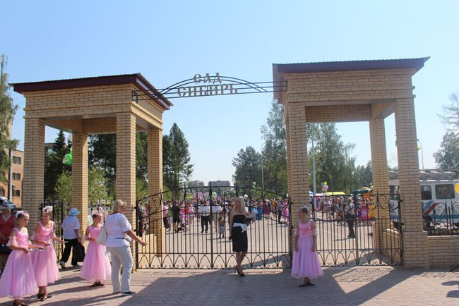 При катании на качели в омском саду «Сибирь» девочка сломала 2 позвонка #Новости #Общество #Омск