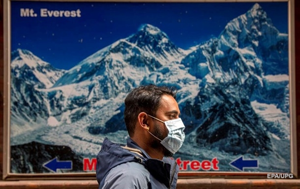 Во время восхождения на Эверест погибли два альпиниста