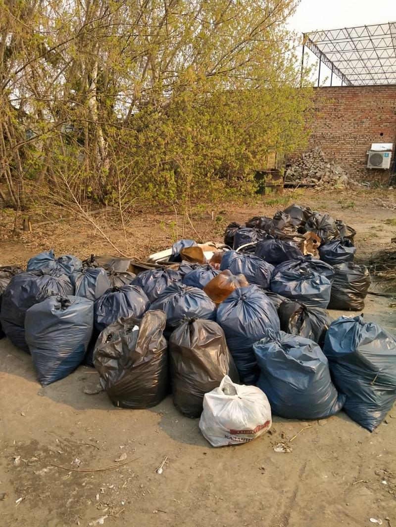 На омских улицах убирают мусор после субботников #Омск #Общество #Сегодня