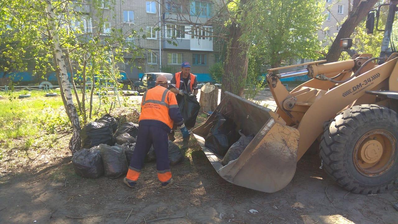 Из Омска за три дня вывезли более 400 тонн растительного мусора #Омск #Общество #Сегодня