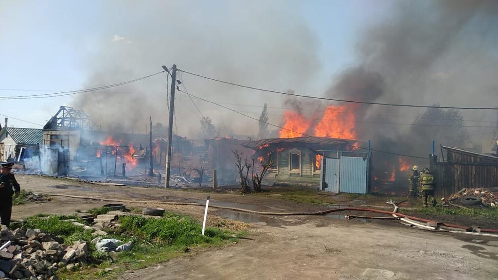 Пожар в Омске уничтожил сразу три дома #Омск #Общество #Сегодня