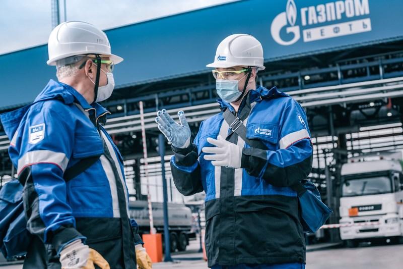 На Омском НПЗ стали производить больше бензина