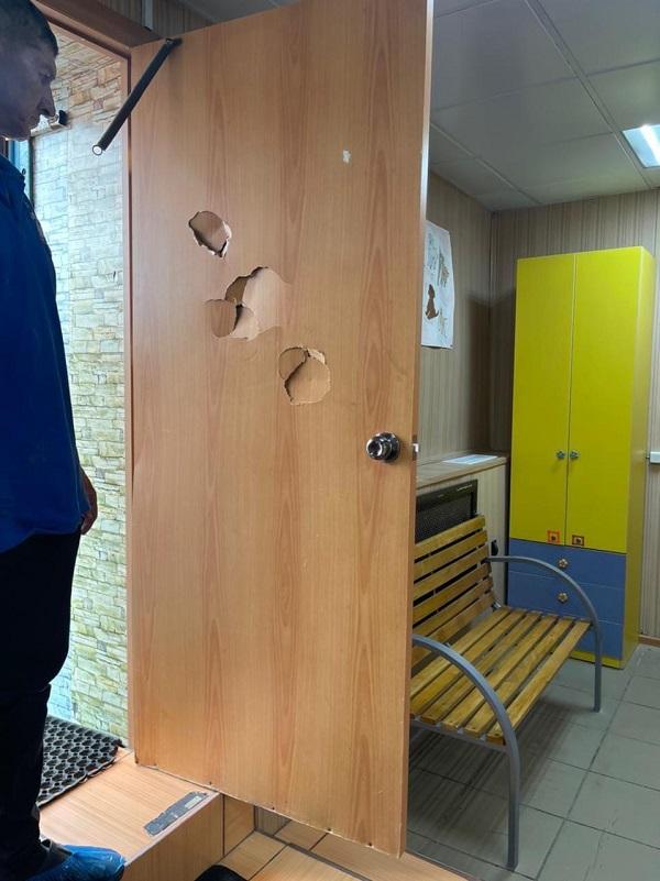 Омич сломал дверь в приюте за отказ отдать ему собаку #Омск #Общество #Сегодня