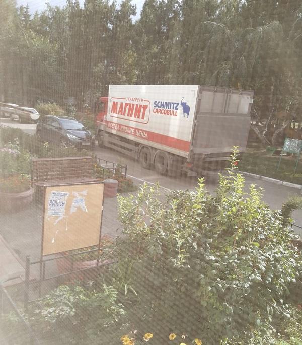 У жителей Левобережья Омска полтора месяца топит двор из-за ливневки #Омск #Общество #Сегодня