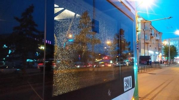 Пьяные омичи бросили в троллейбус «Адмирал» бутылку и разбили стекло #Новости #Общество #Омск