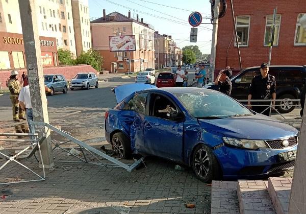 В ДТП у Центрального рынка Омска иномарка въехала в крыльцо магазина #Омск #Общество #Сегодня