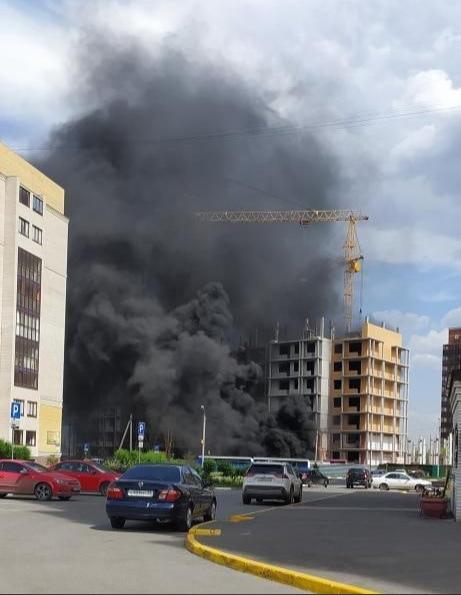 На стройке в омском микрорайоне «Прибрежный» произошел пожар #Омск #Общество #Сегодня