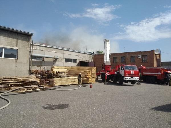 В Омске полностью сгорел огромный склад с пиломатериалами #Новости #Общество #Омск