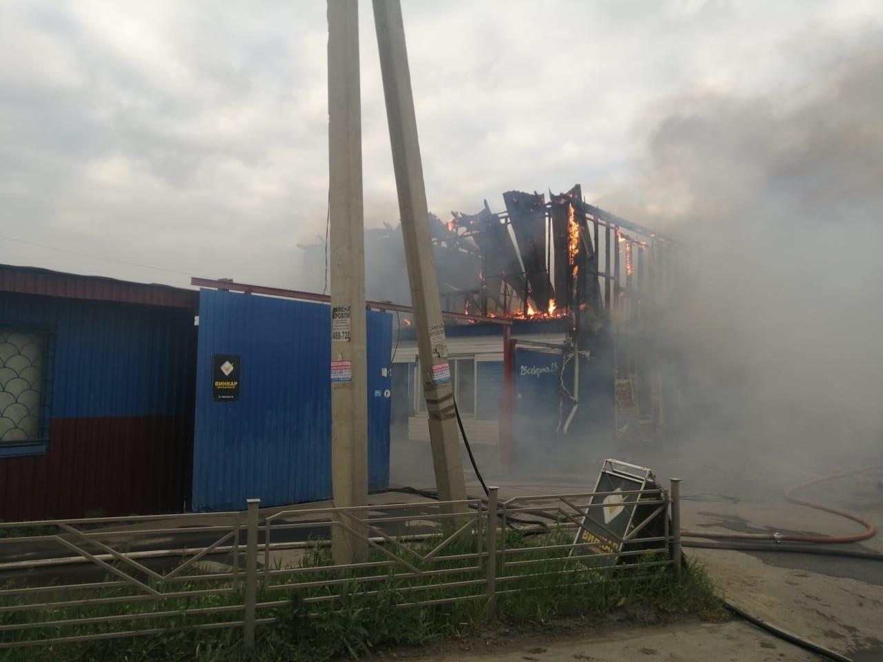 В Омске на 25-й Северной горит автомаркет и еще как минимум один дом #Новости #Общество #Омск