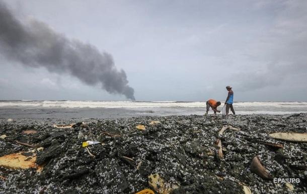 У Шри-Ланки затонуло горевшее судно, в регионе экокатастрофа