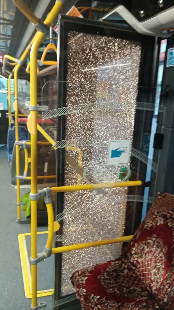 Еще один омич бросил бутылку в троллейбус «Адмирал» и разбил стекло #Новости #Общество #Омск