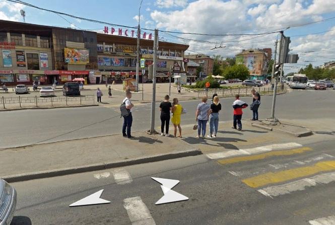 Омичи требуют убрать опасный «островок безопасности» у «Кристалла», где сбили людей #Омск #Общество #Сегодня