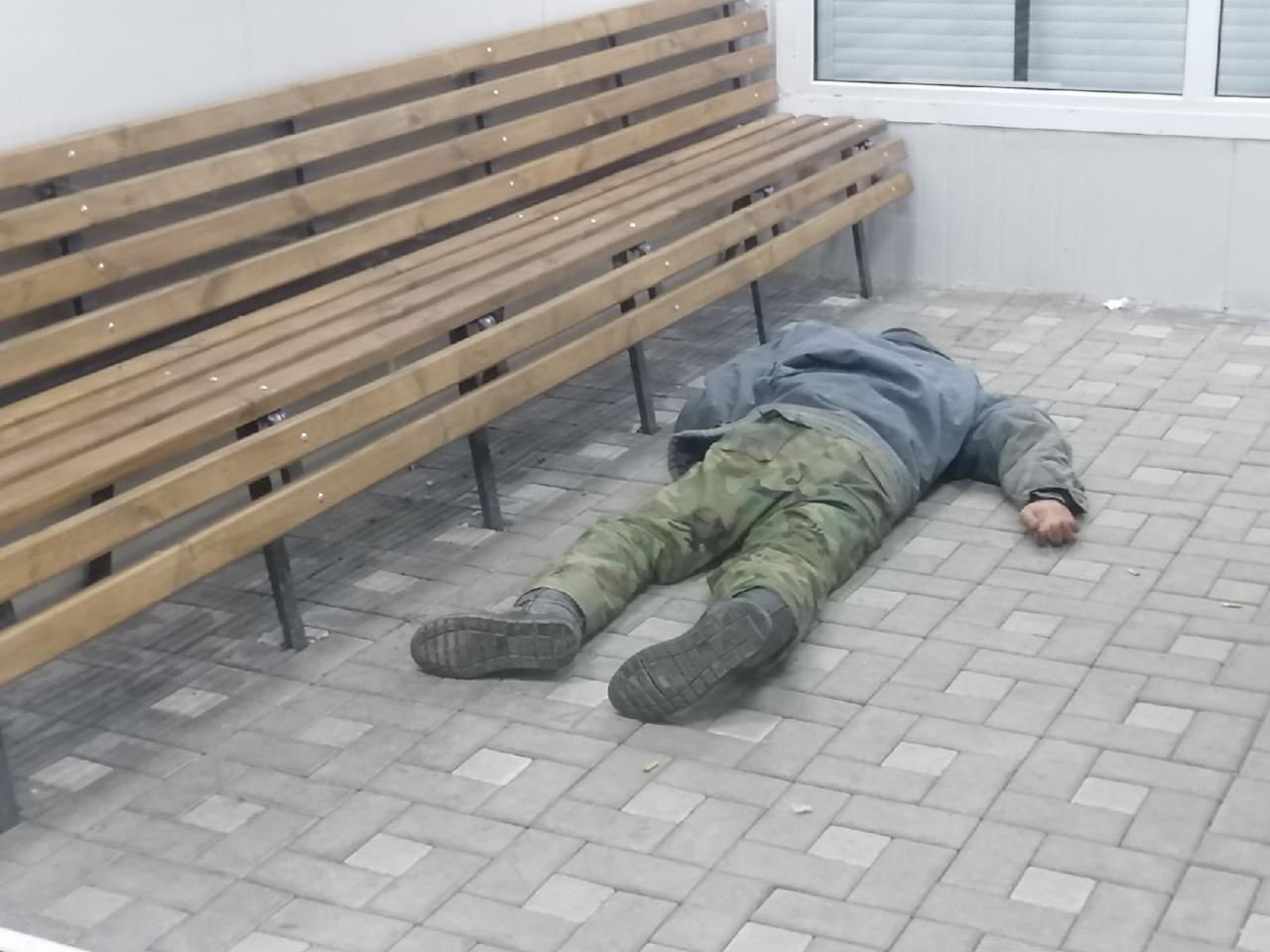 Омич решил выпить в теплой остановке и стал жертвой грабителя #Омск #Общество #Сегодня
