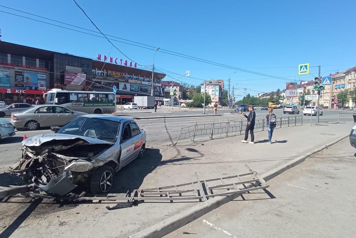 В Омске поймали таксиста, который сбил людей у «Кристалла» #Новости #Общество #Омск
