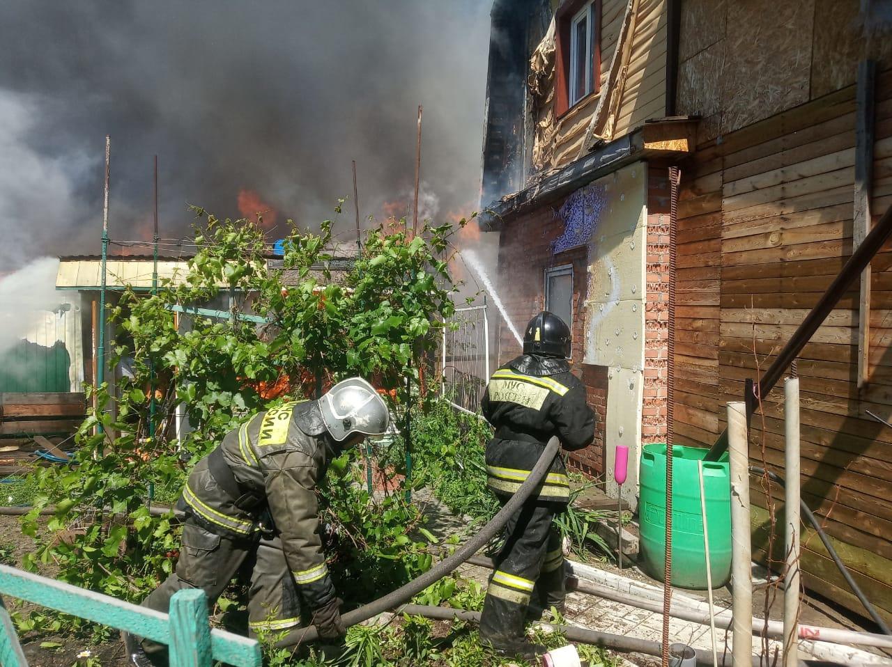 В Омске 35 пожарных тушат 3 частных дома #Новости #Общество #Омск