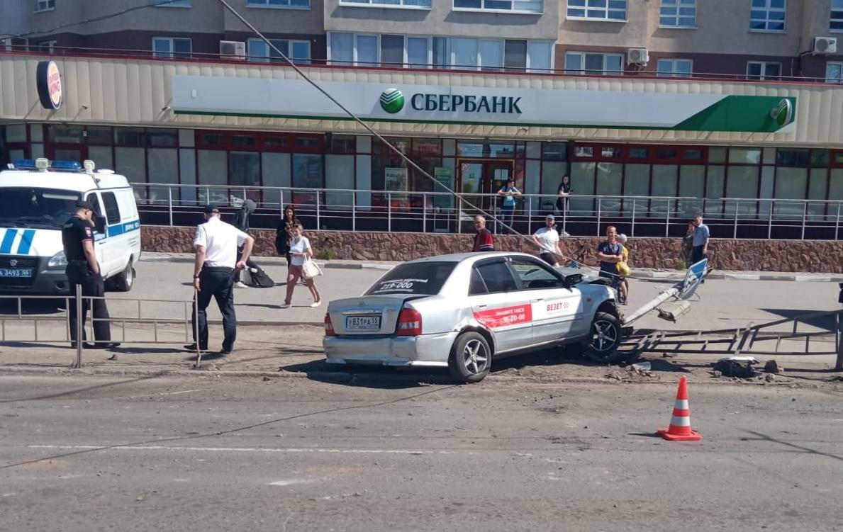 Появилось видео, как таксист сбил людей на «островке безопасности» в Омске #Новости #Общество #Омск