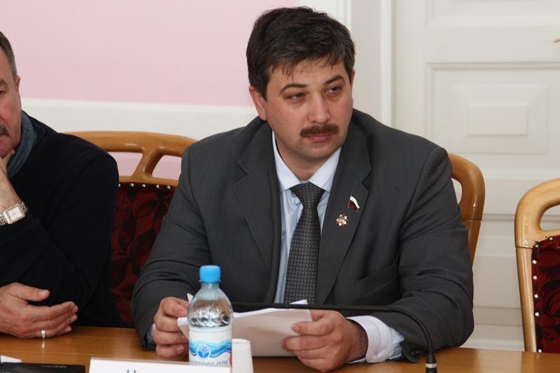 Упавший с дерева омский депутат до сих пор лежит в больнице #Омск #Общество #Сегодня
