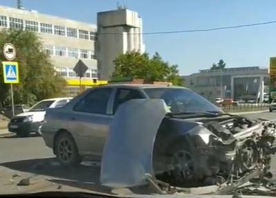 ДТП в центре Омска: иномарка снесла забор магазина и сбила пешехода #Омск #Общество #Сегодня