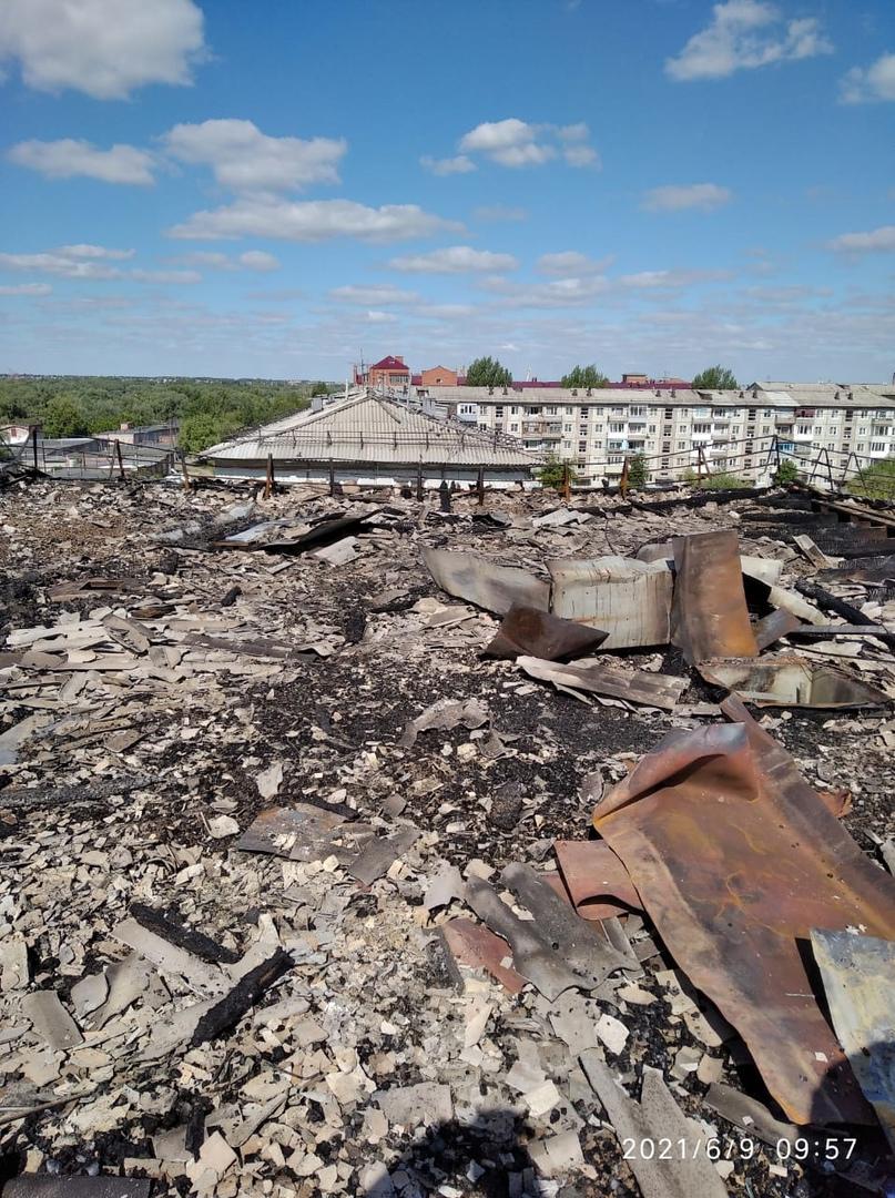 Появились фото сгоревшей крыши в пятиэтажке на окраине Омска #Омск #Общество #Сегодня