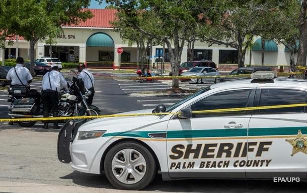 В США мужчина убил женщину с внуком в магазине и застрелился