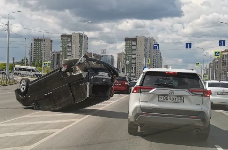Крупное ДТП в Омске: иномарка оказалась на крыше и без колес #Омск #Общество #Сегодня