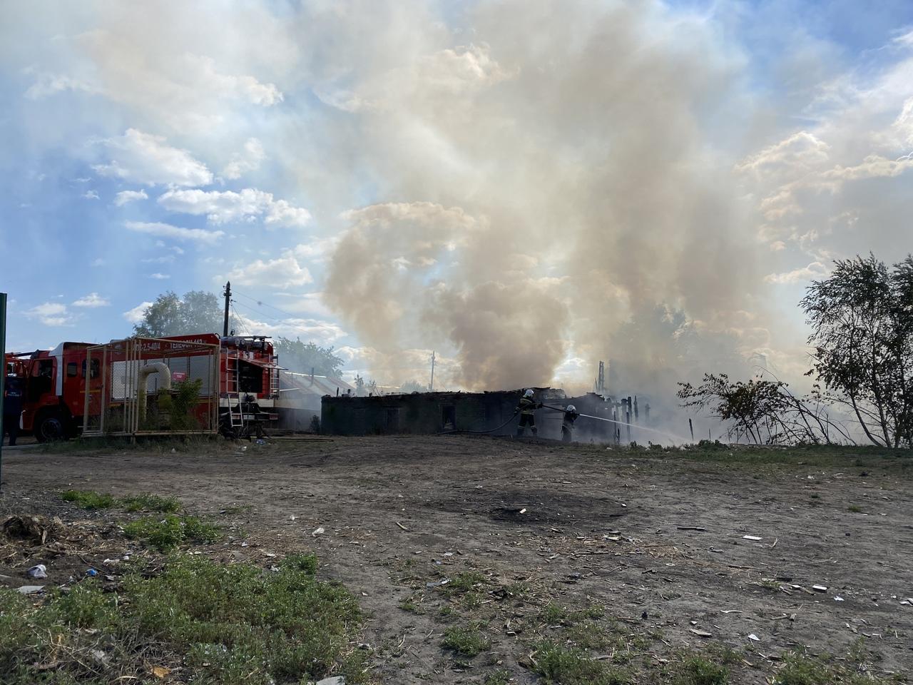 В Омске рядом с магистральным газопроводом горят частные дома #Новости #Общество #Омск