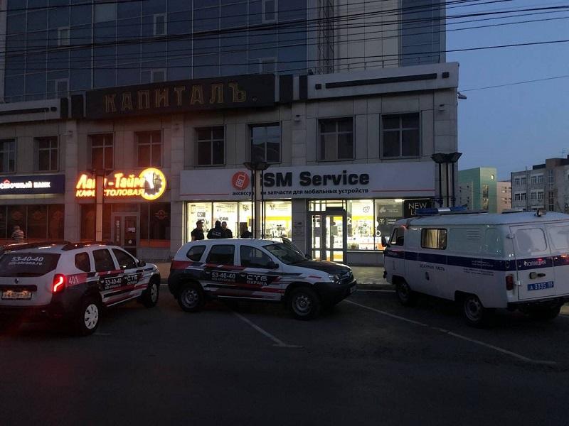 В центре Омска разбили кирпичом витрину магазина #Омск #Общество #Сегодня