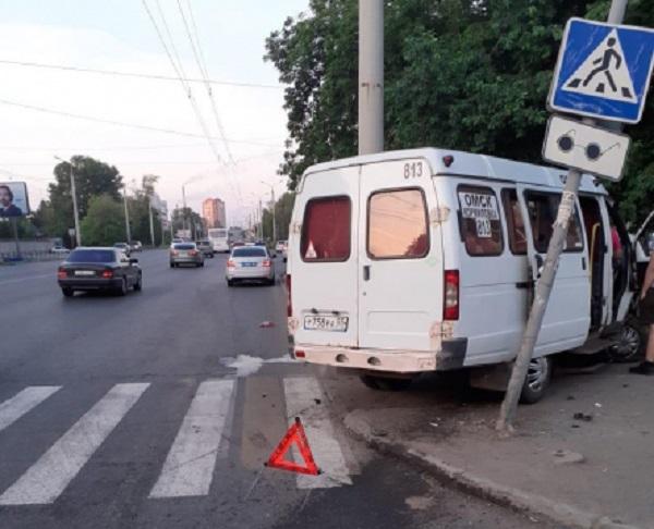 В Омске «Приора» столкнулась с «Газелью»: 4 человека в больнице #Новости #Общество #Омск