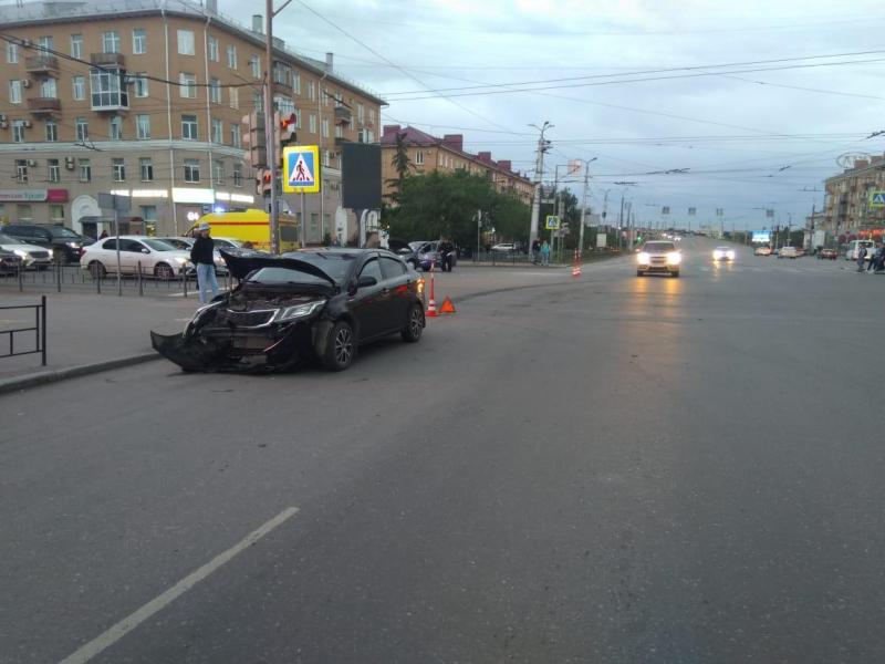 После ДТП в самом центре Омска одна из машин оказалась на боку #Новости #Общество #Омск