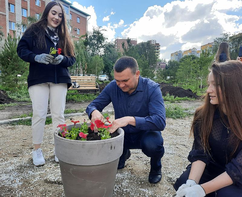 Омские школьники высадили цветы в сквере 75-летия Победы #Омск #Общество #Сегодня