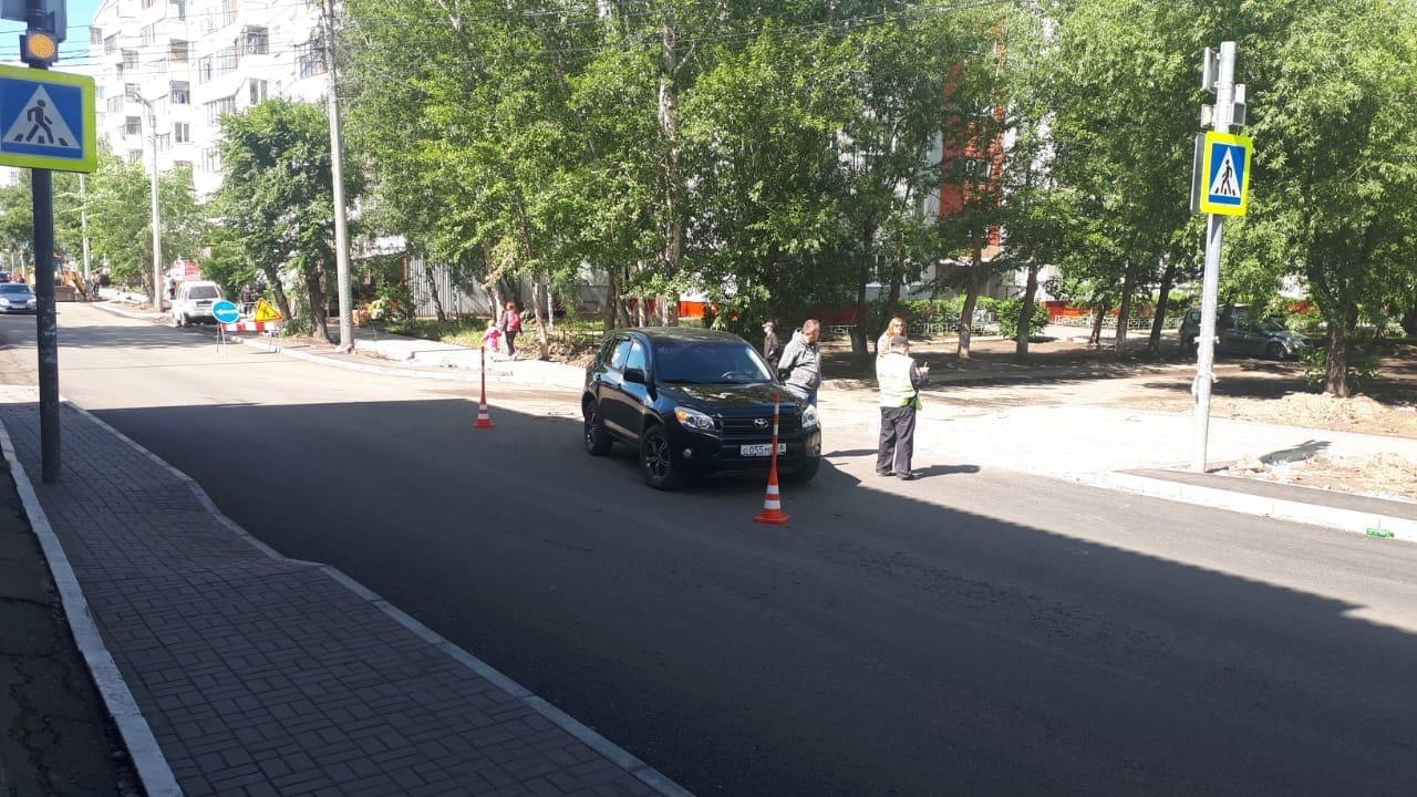 Омич выезжал со двора многоэтажки и сбил двух женщин #Новости #Общество #Омск