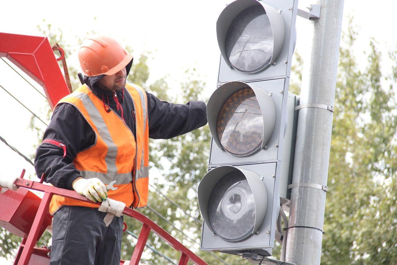 В Омске перенастроили светофор из-за... канализации #Новости #Общество #Омск