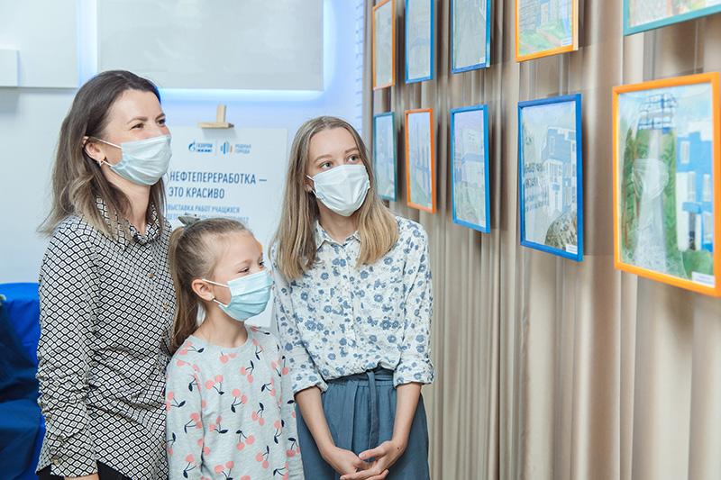 Омский НПЗ открыл выставку работ учеников школы искусств