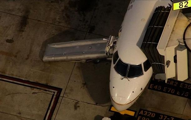 В США мужчина выпрыгнул из выруливающего на взлетную полосу самолета