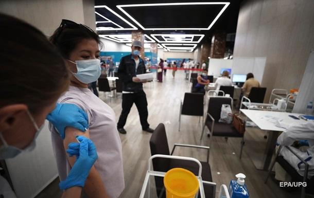 Франция и Греция лишат непривитых медиков работы и зарплаты