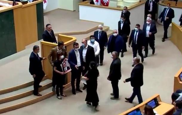В Грузии оппозиция сорвала выступление главы МВД
