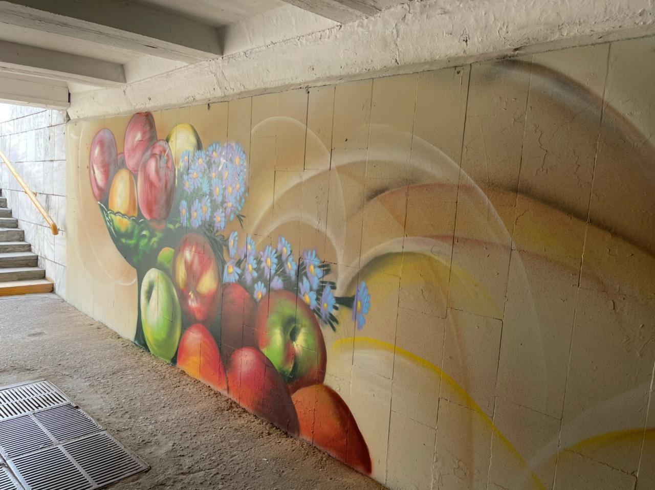 В подземном переходе Омска появилась ваза с яблонями и цветами #Омск #Общество #Сегодня