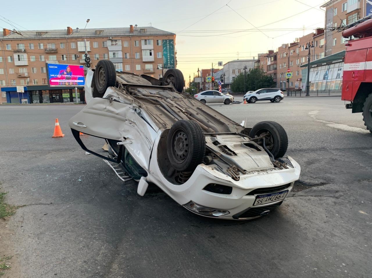 В самом центре Омска перевернулась иномарка, в которой ехал ребенок #Новости #Общество #Омск