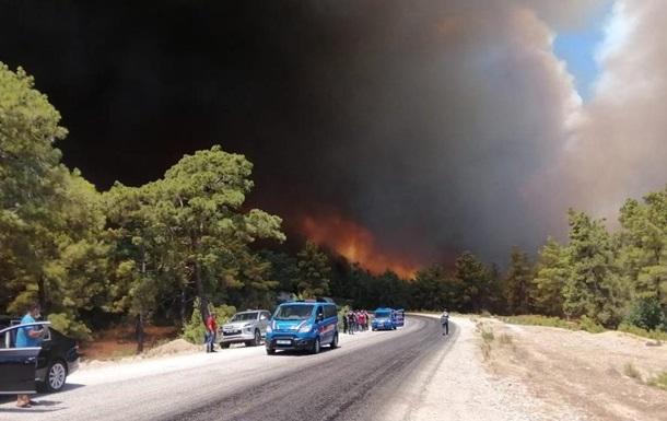 В Анталии лесные пожары подобрались к городам