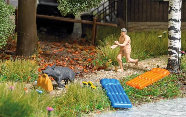 В ФРГ выпустили фигурки в честь нудиста, который бегал за кабаном-вором