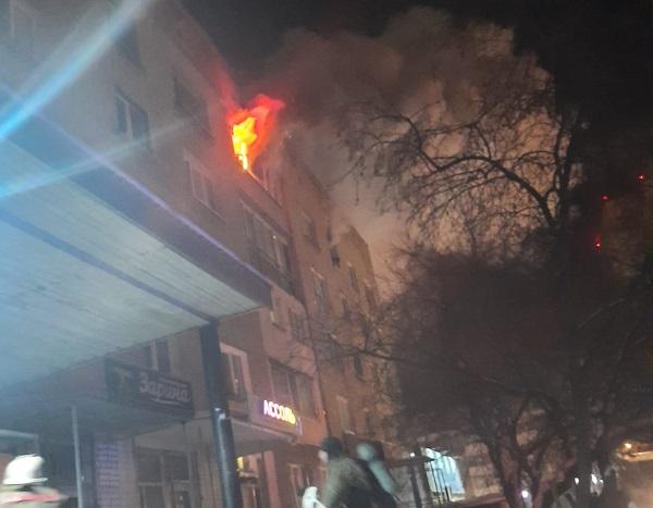 Омскую пятиэтажку заволокло дымом из-за неосторожных жильцов #Омск #Общество #Сегодня