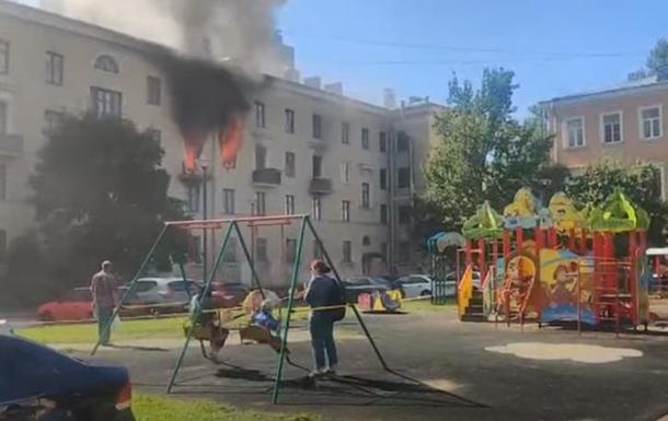 В РФ дети катались на качелях возле горящего дома