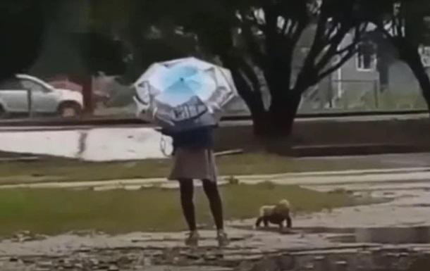 Мать выгуливала ребенка в дождь в одном подгузнике