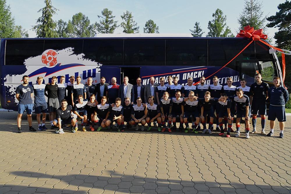 Бурков подарил футболистам «Иртыша» новый автобус #Новости #Общество #Омск
