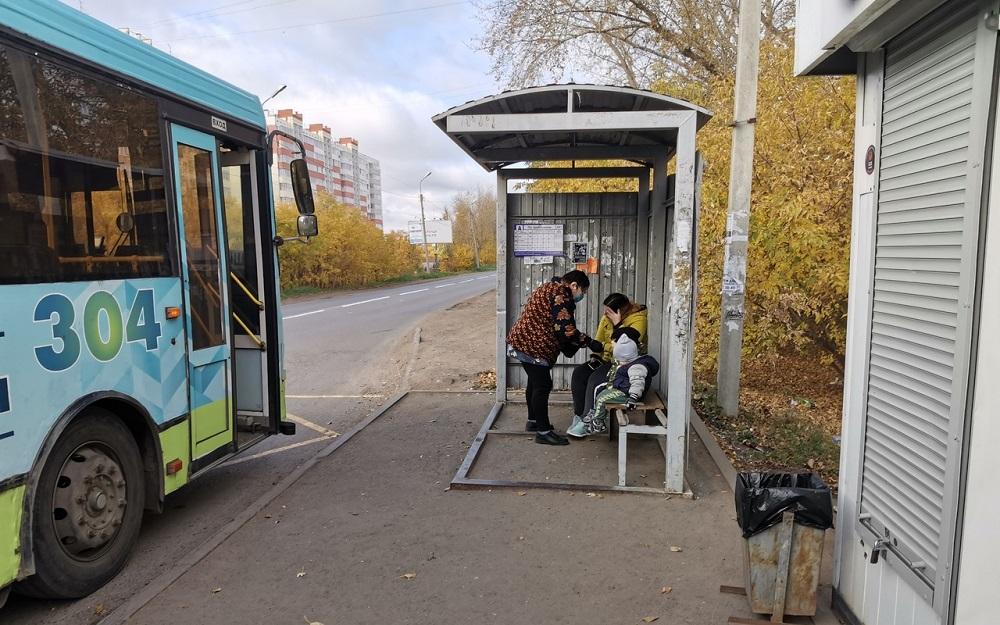 Чиновники ходят по остановкам и делают внушения омичам #Омск #Общество #Сегодня