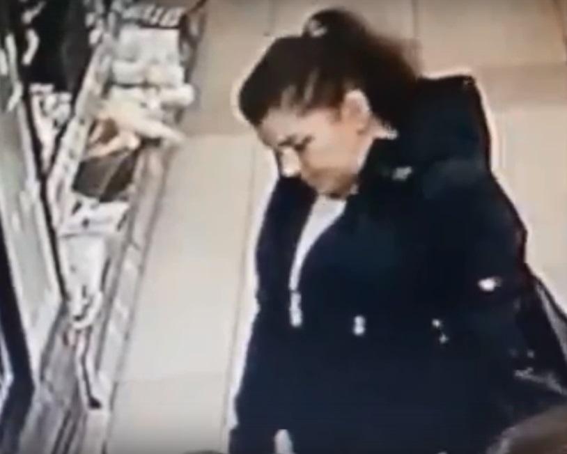 Полиция просит омичей опознать похитительницу кошелька #Новости #Общество #Омск