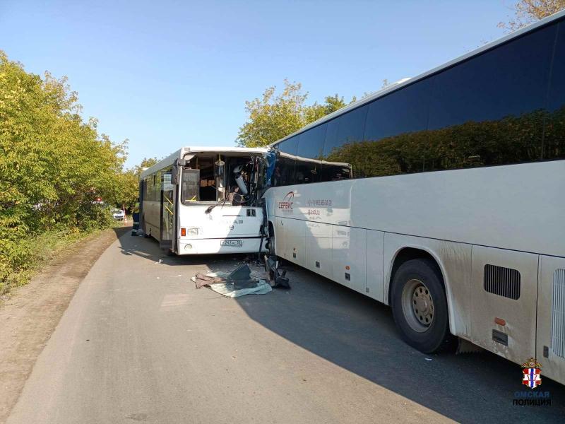В Омске на опасном участке дороги столкнулись два автобуса #Омск #Общество #Сегодня