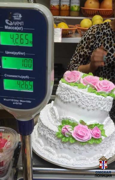 Пока омичка ходила на рынок, у нее из машины пропал огромный торт #Новости #Общество #Омск