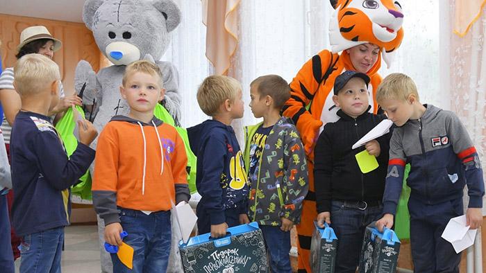 Омичи помогли собрать в школу детей из 1 700 многодетных и неполных семей #Омск #Общество #Сегодня